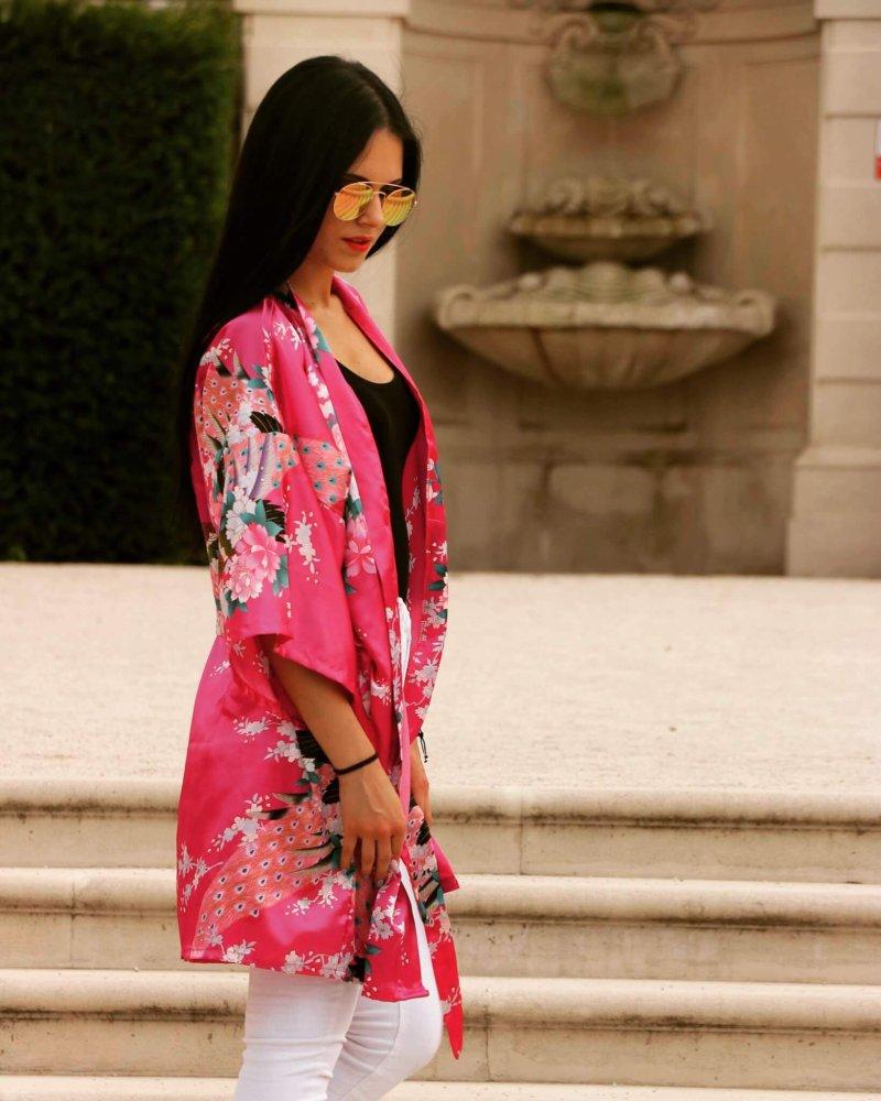 Elegantné a neprehliadnuteľné kimono v ružovej farbe s kvetmi.