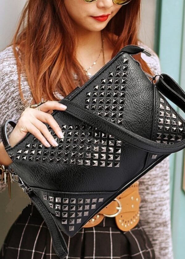 čierna vybíjaná crossbody kabelka