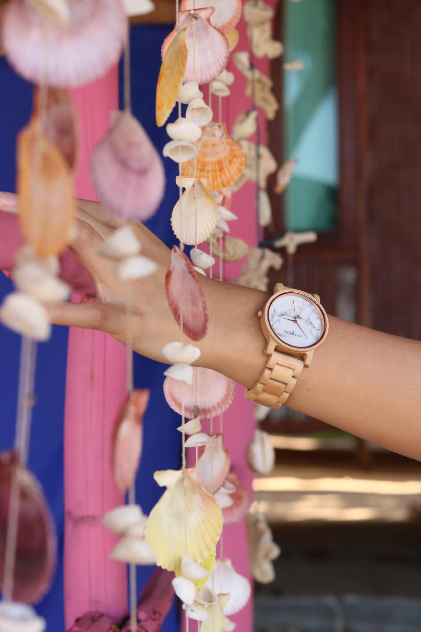 Obnoviteľný material hodiniek v drevenom obale s mramorovým ciferníkom