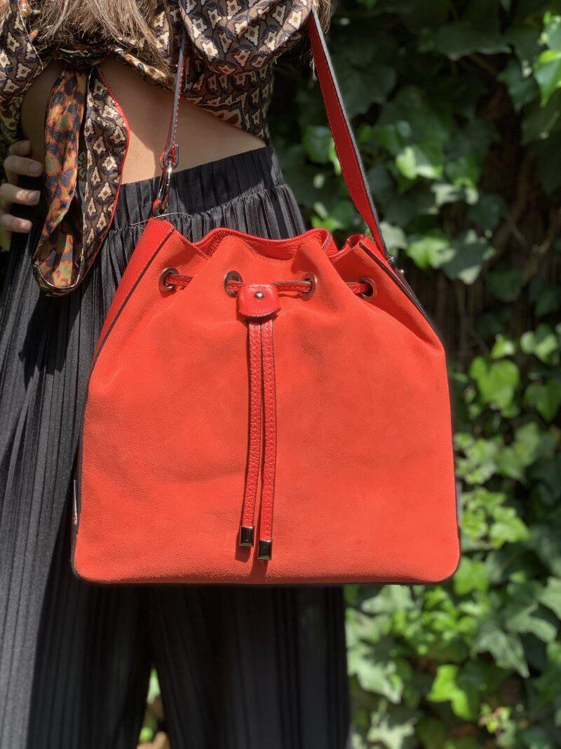 Kvalitná kabelka z pravej kože v červenej farbe. Tvar mešec, vak.