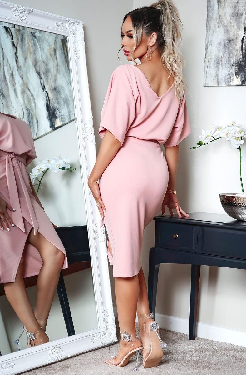 Krásne wrap šaty s opaskom v ružovej farbe